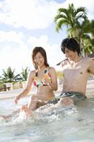 プールのカップル 28174007284| 写真素材・ストックフォト・画像・イラスト素材|アマナイメージズ