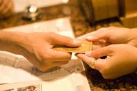 クレジットカードを持つ手元