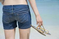 ビーチの女性バックショット