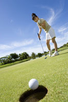パットをする日本人ゴルファー