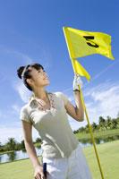 旗を持つ日本人女性ゴルファー