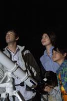 天体観測をする家族 28174007450| 写真素材・ストックフォト・画像・イラスト素材|アマナイメージズ