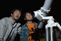 天体観測をする親子
