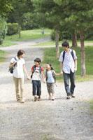 ハイキングする家族