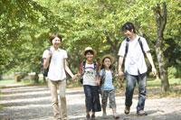 ハイキングする家族 28174007457| 写真素材・ストックフォト・画像・イラスト素材|アマナイメージズ