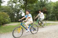 サイクリングをする父と息子