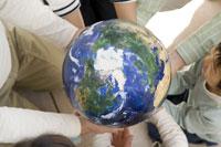 みんなの大切な地球 28174007631| 写真素材・ストックフォト・画像・イラスト素材|アマナイメージズ