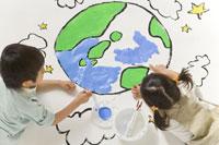 地球の絵を描く子供達