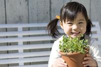 笑顔で植木鉢を持つ女の子 28174007679| 写真素材・ストックフォト・画像・イラスト素材|アマナイメージズ