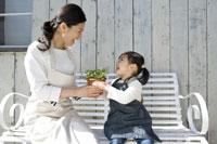 植木鉢を持つ笑顔の親子