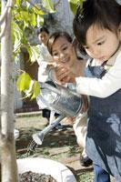 水遣りをする女の子 28174007681| 写真素材・ストックフォト・画像・イラスト素材|アマナイメージズ