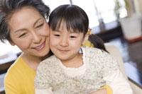 ソファーに座る祖母と女の子 28174007910| 写真素材・ストックフォト・画像・イラスト素材|アマナイメージズ