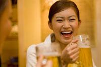 ビールを飲んだ女性