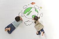 地球の絵と子供たち