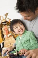 5月人形の前に座る親子
