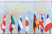 G7各国の旗と世界地図