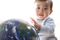 地球の模型と赤ちゃん