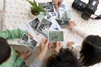 動物の写真を見ている家族