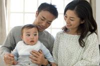 赤ちゃんを抱いた父と母