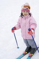 スキーを楽しむ女の子 28174008468| 写真素材・ストックフォト・画像・イラスト素材|アマナイメージズ