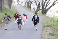 走る新入学の男の子と女の子たち