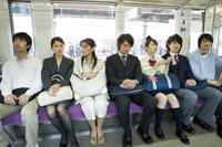 電車の座席に座っている人々
