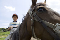 乗馬体験をする男の子