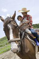 乗馬体験をする親子
