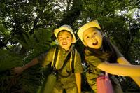 宝探しをする男の子と女の子 28174008942| 写真素材・ストックフォト・画像・イラスト素材|アマナイメージズ