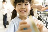 アイスを手に取る女の子