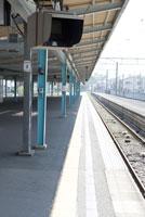 人のいない駅のホーム 28174009742| 写真素材・ストックフォト・画像・イラスト素材|アマナイメージズ