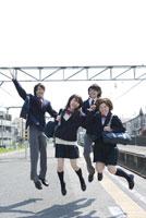 駅のホームでジャンプをする高校生