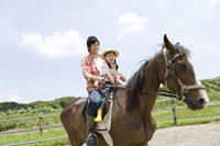 乗馬体験をしている親子