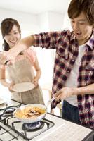 パスタを調理する男性と女性