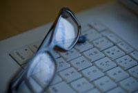 眼鏡とキーボード
