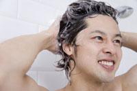 シャンプーで髪を洗う男性 28174010550| 写真素材・ストックフォト・画像・イラスト素材|アマナイメージズ