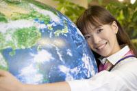 地球に抱きつく女性