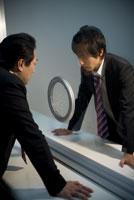 面会室で対峙するビジネスマン