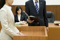 証言台に立つ女性に話しかける検事 28174010812| 写真素材・ストックフォト・画像・イラスト素材|アマナイメージズ
