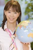 地球儀を持った女性