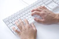PCキーボードを操作する手元