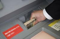 ATMにお金を入れるビジネスマン