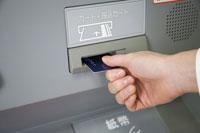 ATMにカードを入れる人