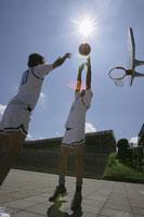 バスケットをする2人の男性
