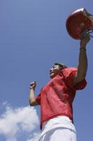 アメリカンフットボールをする男性