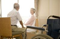 車椅子とシニア夫婦