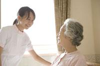 シニア女性と介護士
