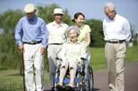 シニアと車椅子を押す介護士