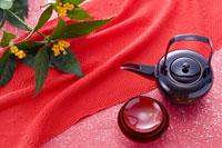 お屠蘇の器と正月飾り 28177002641| 写真素材・ストックフォト・画像・イラスト素材|アマナイメージズ