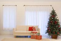 大きなクリスマスツリーがあるリビング